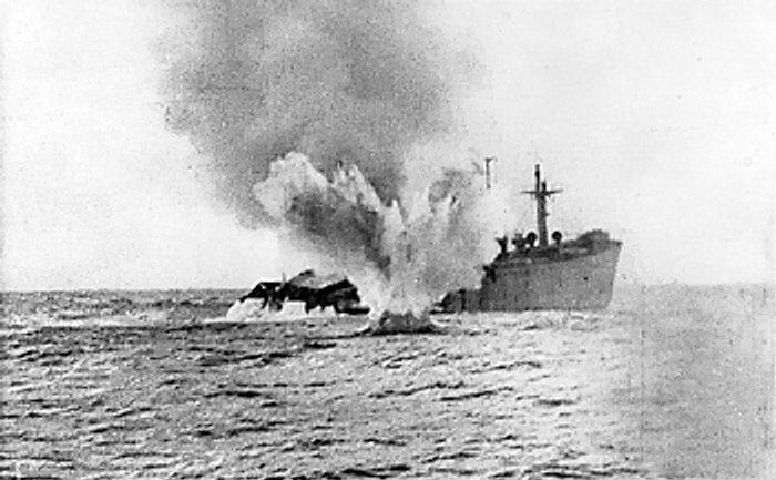 غرق شدن بمبک ناخدا خورشید توسط اژدر زیردریایی